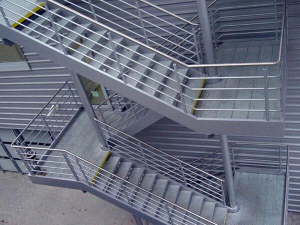 уличная лестница с перилами